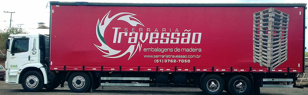 Caminhão com sider para manter os paletes livres de intempérie.