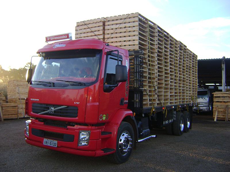 Caminhão plataforma para transporte de paletes.