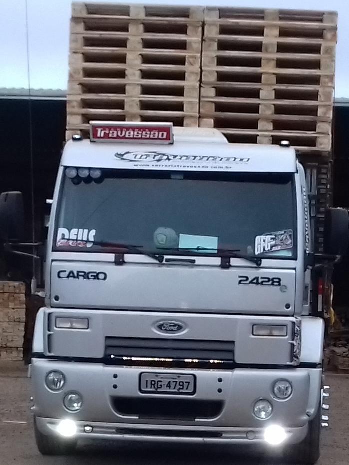 Caminhão plataforma para transportes de paletes.